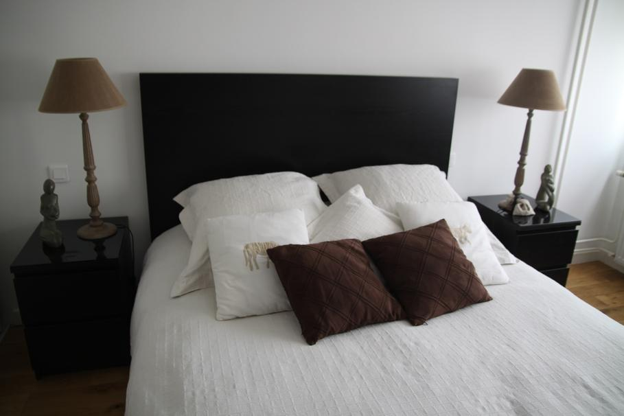 d co chambre marron et blanc exemples d 39 am nagements. Black Bedroom Furniture Sets. Home Design Ideas