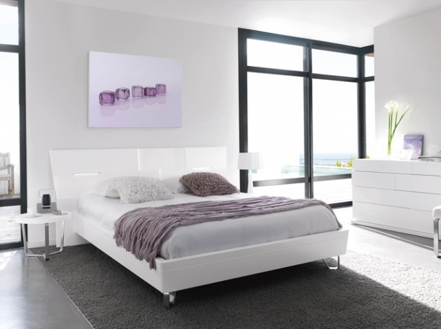 d co chambre parme et blanc exemples d 39 am nagements. Black Bedroom Furniture Sets. Home Design Ideas