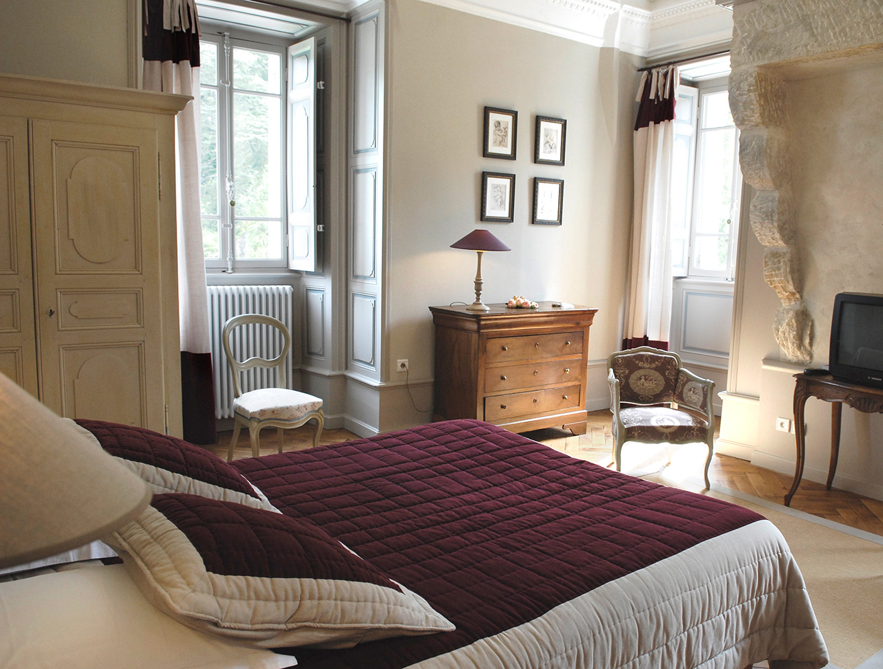 D co chambre taupe aubergine for Decoration chambre couple