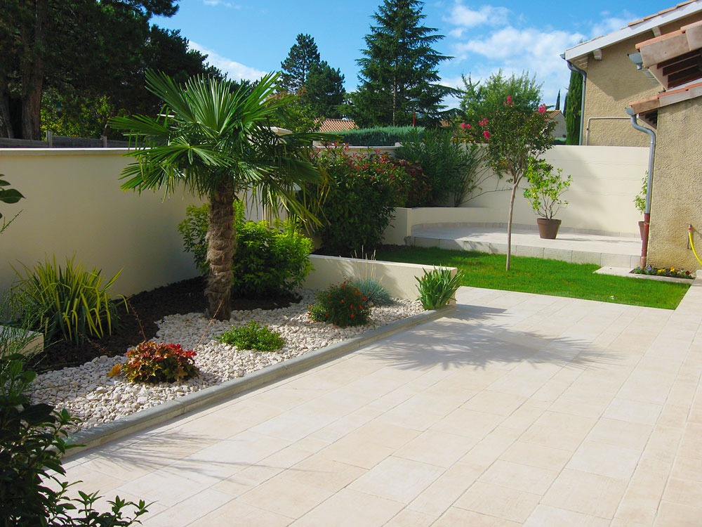 D co jardin avec galets exemples d 39 am nagements - Decoration massif rocaille ...