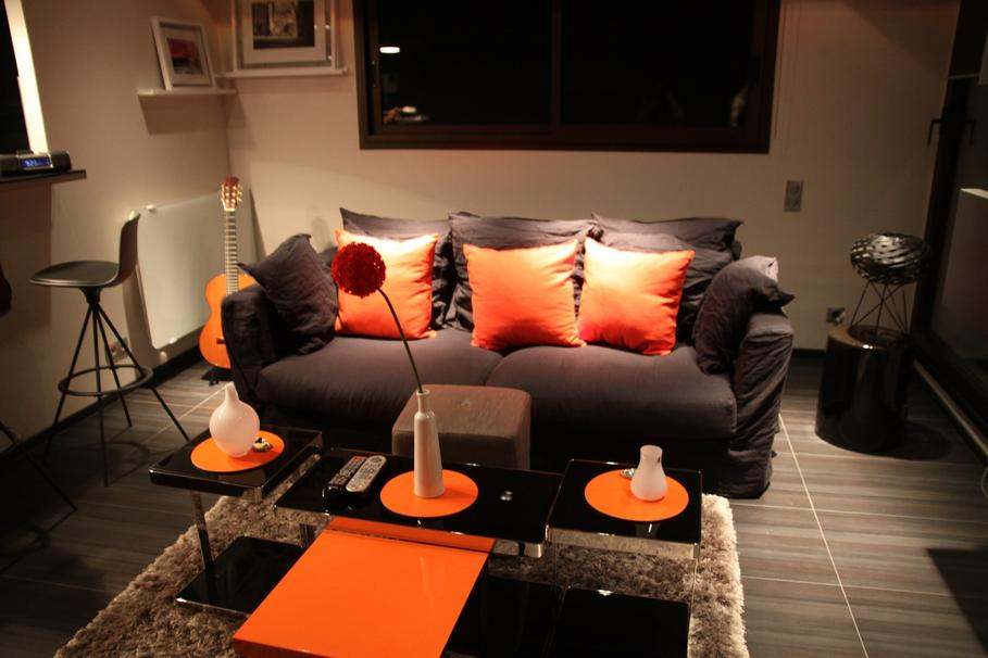d co salon marron et orange exemples d 39 am nagements. Black Bedroom Furniture Sets. Home Design Ideas