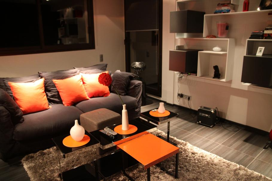 d co salon orange et beige exemples d 39 am nagements. Black Bedroom Furniture Sets. Home Design Ideas
