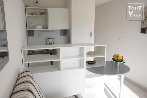 d co studio 18m2 exemples d 39 am nagements. Black Bedroom Furniture Sets. Home Design Ideas