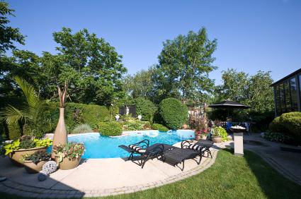 deco jardin autour d'une piscine