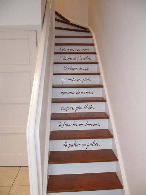 D coration maison hall d 39 entree exemples d 39 am nagements for Peindre un escalier vernis sans poncer