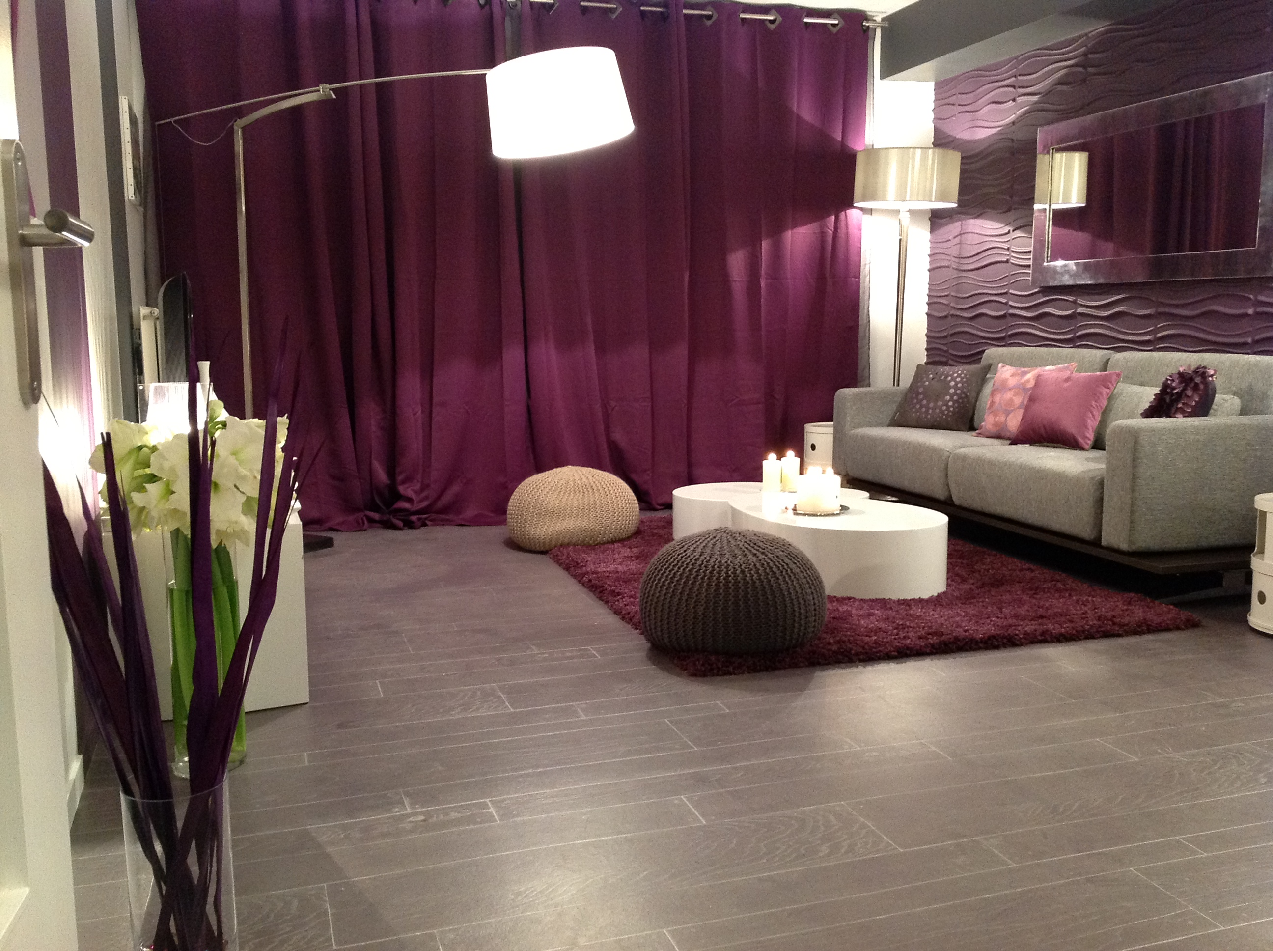 D coration salon prune et gris exemples d 39 am nagements for Decoration salon prune